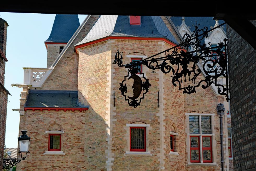 グルートフーズ博物館の門をくぐる。三日月型の装飾が、奥にある博物館の建物のしゃれたあしらいに見える