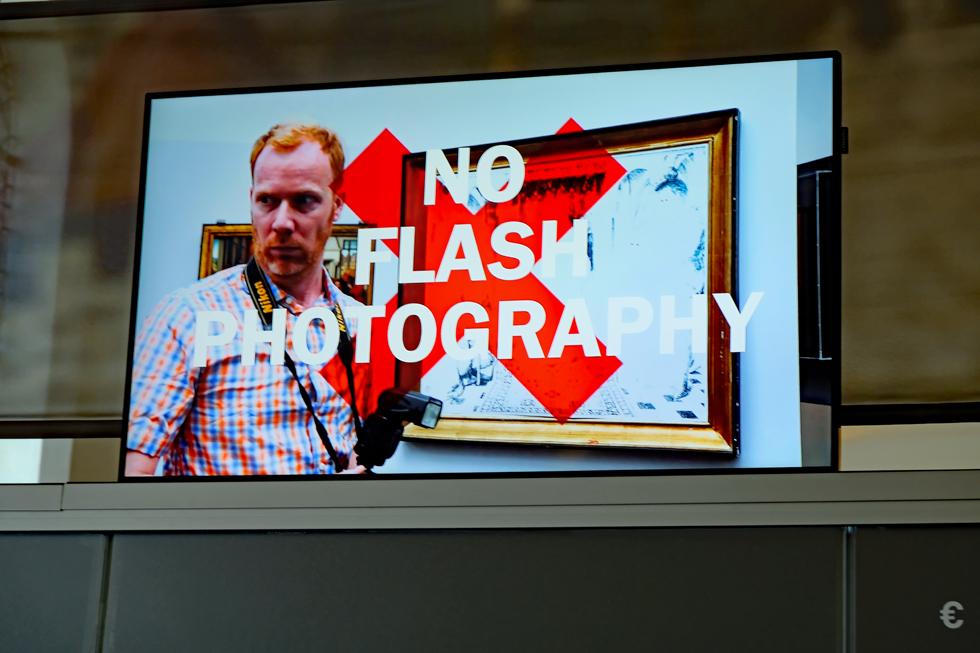 グルーニング美術館の受付に流されていた「フラッシュ撮影はやめて」と呼びかける動画。自撮りに夢中になった美術品を傷つけないで、というバージョンもあった
