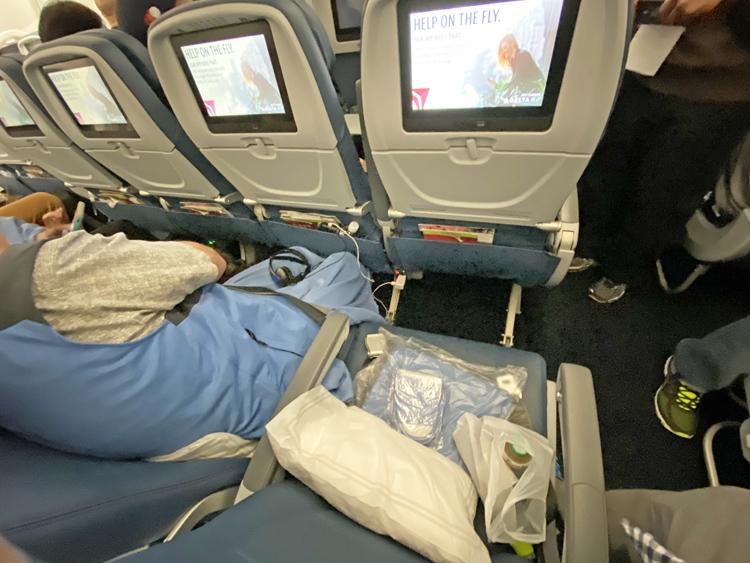 【デルタ航空、メインキャビン搭乗記】大充実のエコノミー、ビストロスタイルの機内食にスパークリングワイン、「ハーゲンダッツ」「スタバ」も