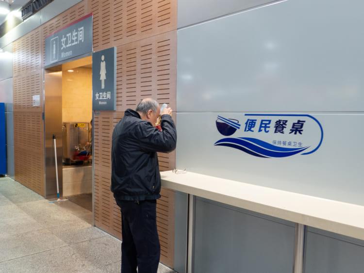 上海南駅のカップ麺立ち食いコーナー
