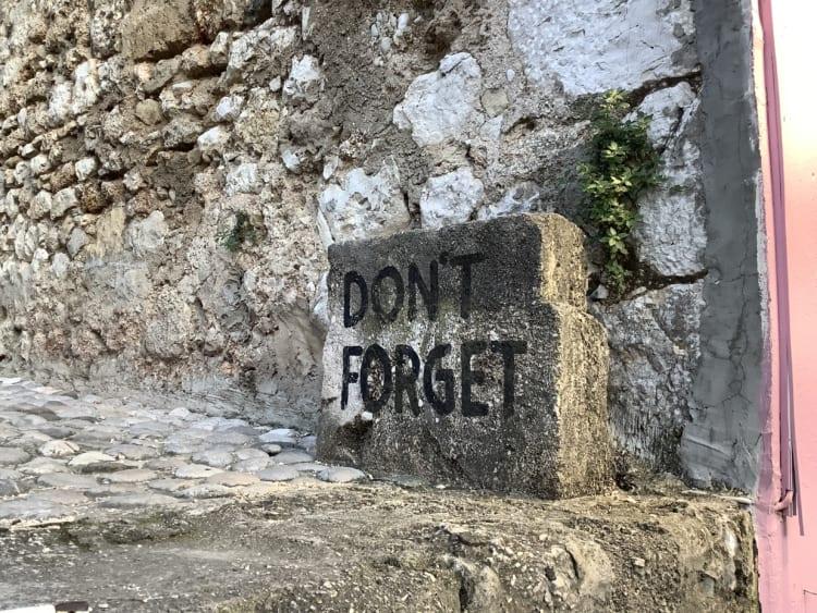 「DON'T FORGET」のサイン。戦争の傷はまだ残っている