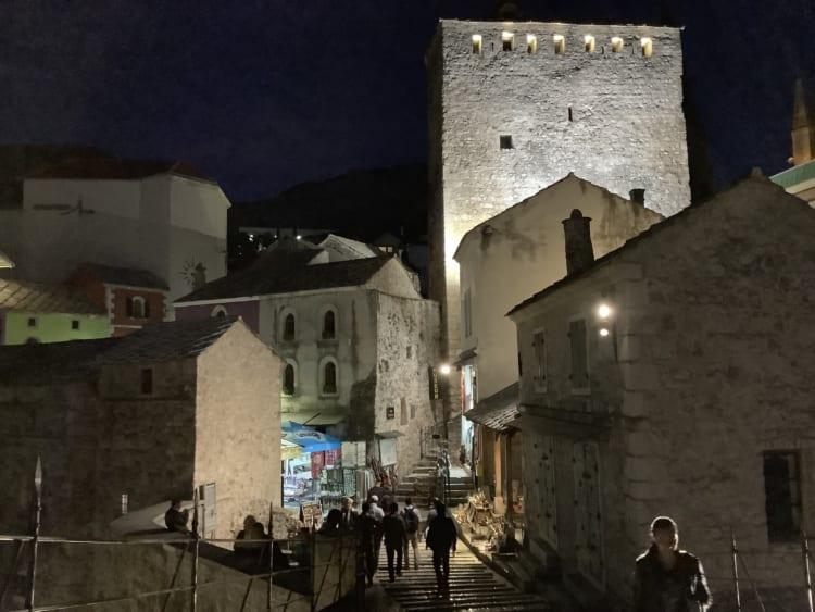 美しいモスタルの夜。旅ははじまったばかり!