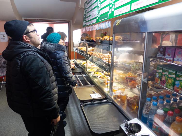おそらくホルムスク中心街では唯一の食堂