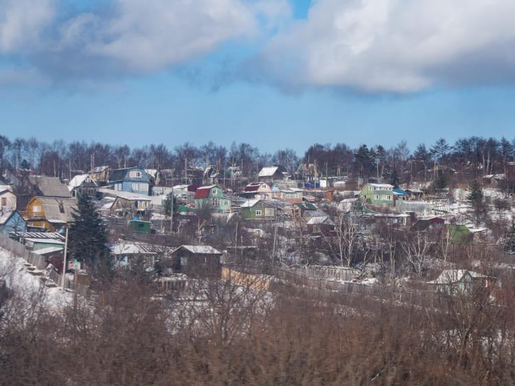 斜面にカラフルなロシア風住宅が