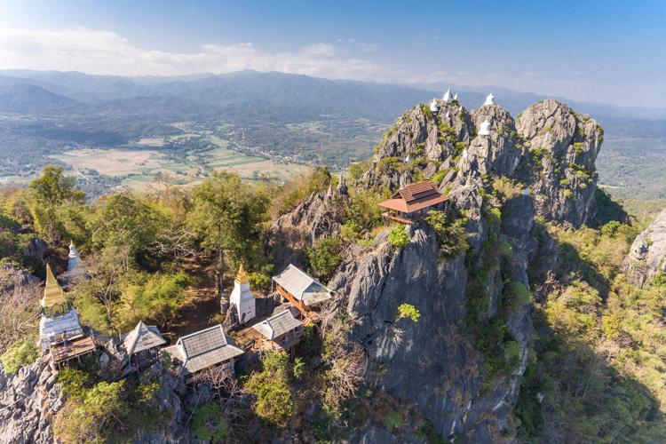 花馬車がポクポク 「天空の寺院」の絶景 ランパーン