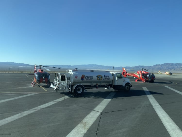 ボルダー・シティー空港にて給油中のヘリコプター