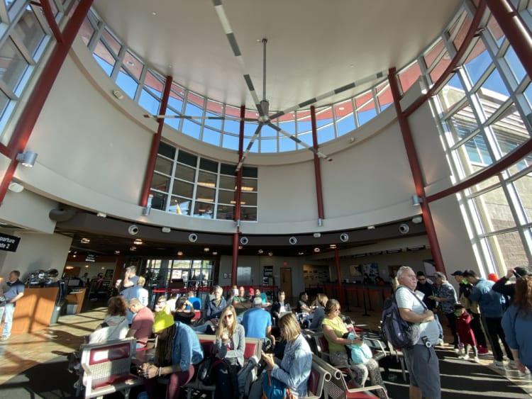 グランドキャニオン・ツアー。ボルダー・シティー空港の待合室。天井部のファンがヘリコプターのプロペラ