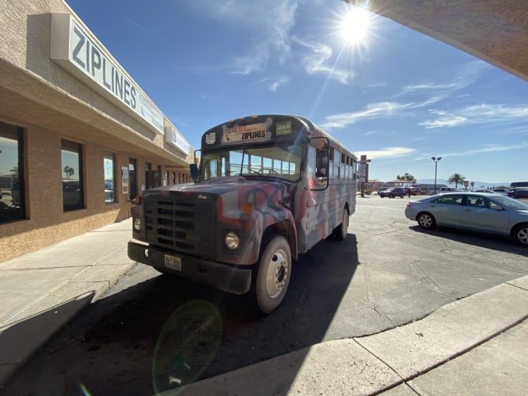 ジップライン。スクールバスを改造した車両でブートレッグ・キャニオンへ