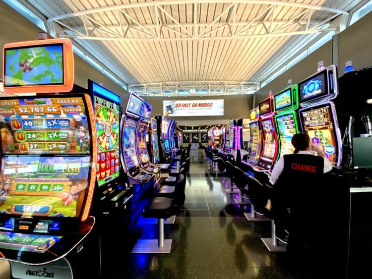 ラスベガスの空港に点在するスロットマシン