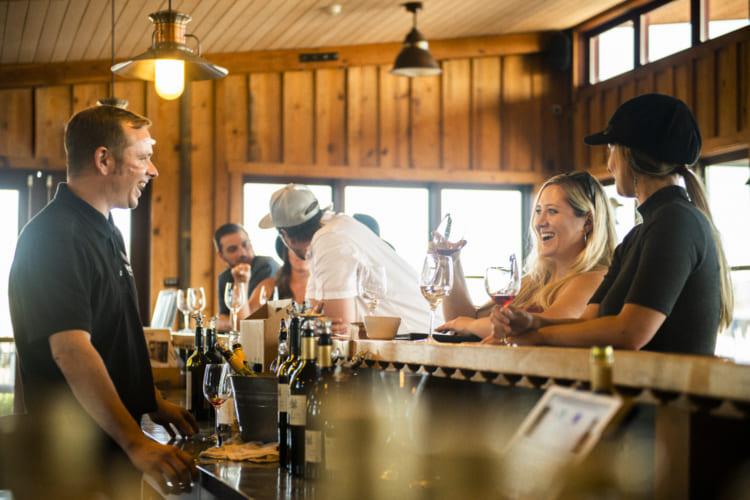 予約をすればワイナリーを見て回れるツアーも組んでくれる。ワインテイスティングでは自然と笑顔に