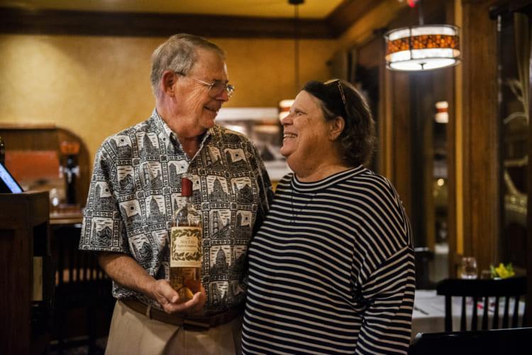 オシドリ夫婦のジム(左)とスージー。「TASTE」の食事と自分たちのワインを楽しみに週1で通っているそう