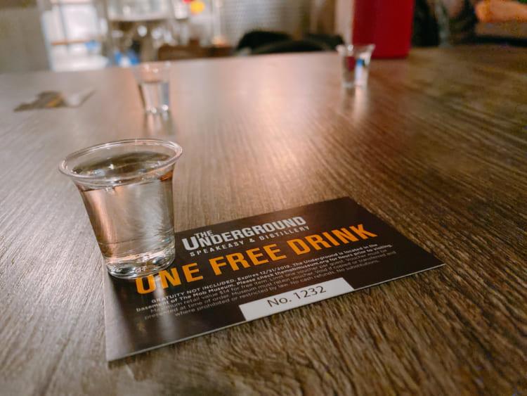 「ザ・モブ・ミュージアム」の地下にあるバー「ジ・アンダーグラウンド」ではムーンシャインも飲める