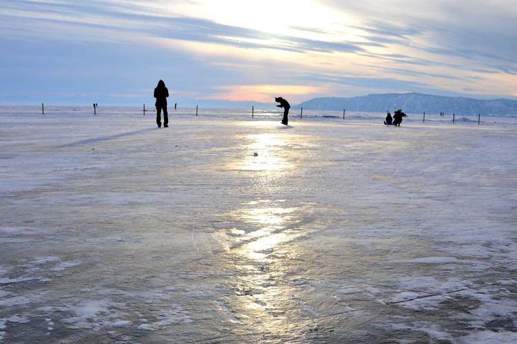 金色に輝く夕暮れのバイカル湖 リストヴャンカ ロシアの旅(2)