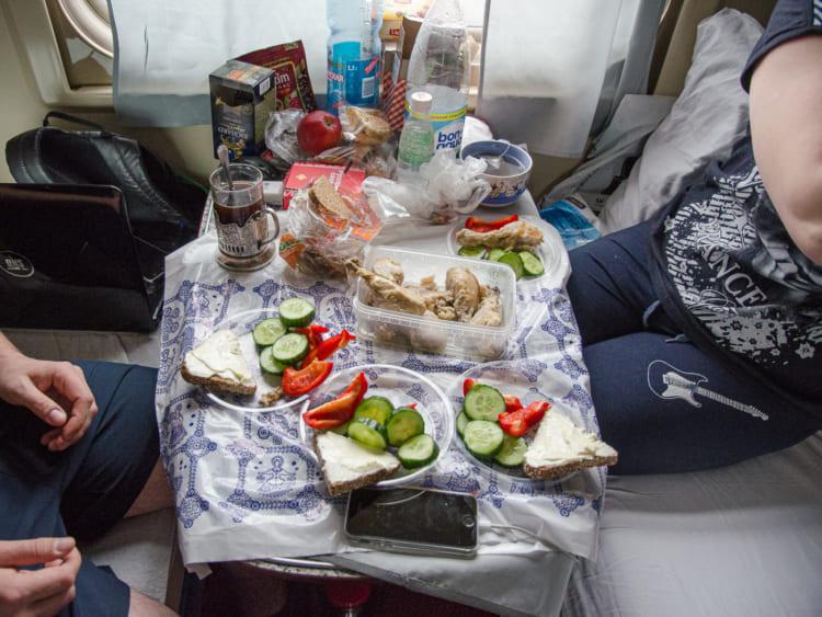乗客の持ち込んだ食事
