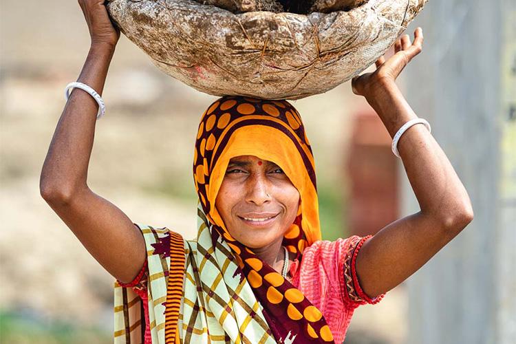 <2>手でこねて、牛糞燃料作り。色鮮やかなサリーをまとった女性たち(ウッタルプラデシュ州)