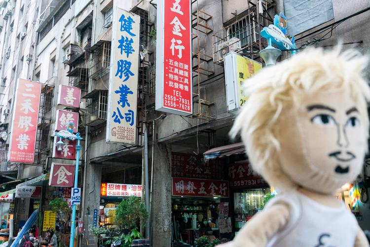 台湾のデザイン列車「鳴日」で行くランタンフェスティバル