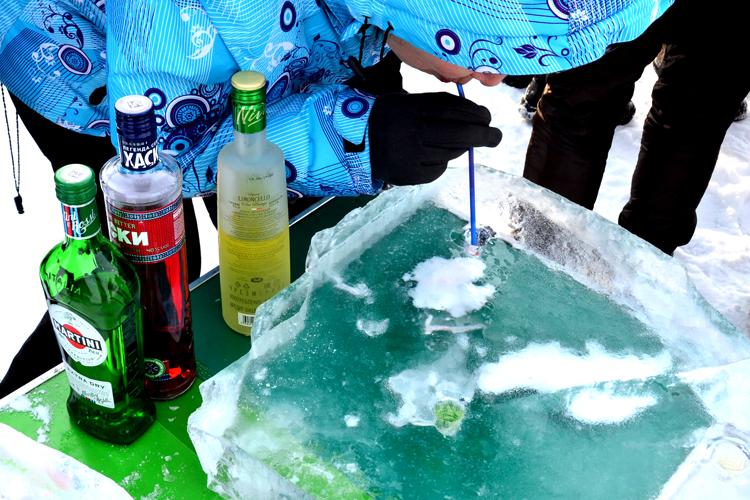 氷に注ぐウォッカと凍ったオームリ バイカル湖・バルグジン湾 ロシアの旅(5)