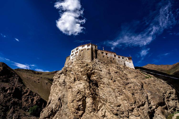 インド北部の辺境 崖の上にたたずむ僧院<11>