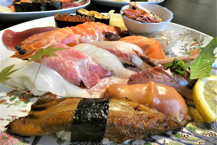 ネタでシャリが見えない寿司! 海の幸と城下町風情 大分県佐伯市