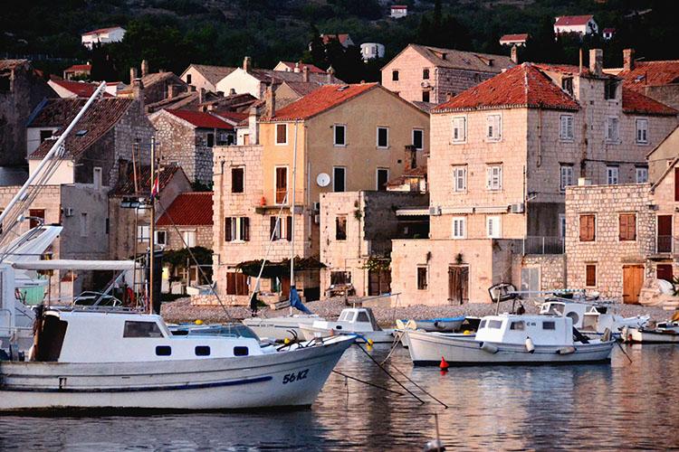 小さな漁村で中世にタイムスリップ  クロアチアの旅(6)  ヴィス島・コミジャ