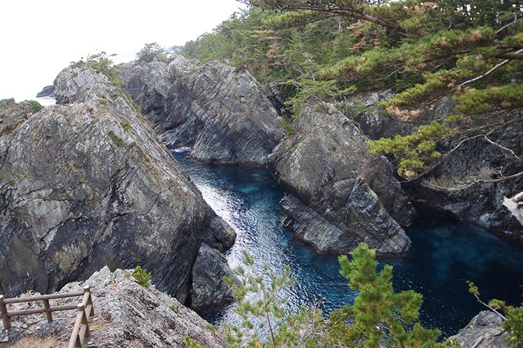 上から見るか、下から見るか 地球が生んだ絶景・岩手「碁石海岸」