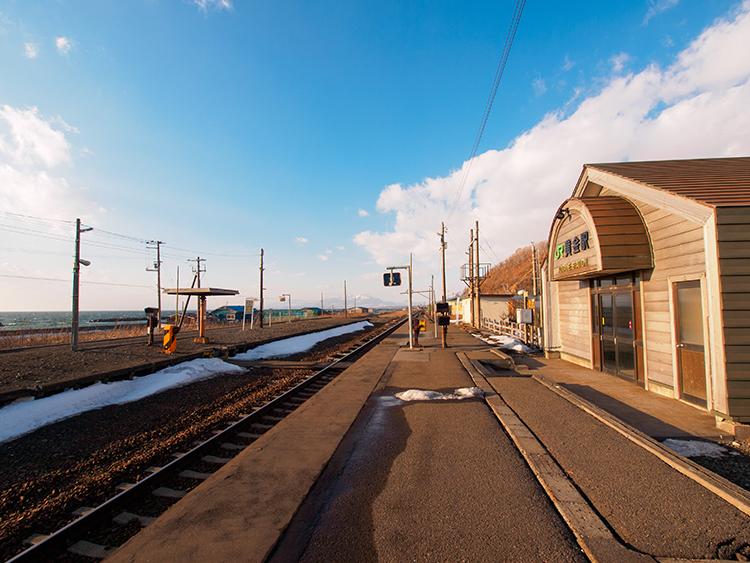 「北の湘南」で見つけた肉薄する海と山 北海道の黄金駅と北舟岡駅