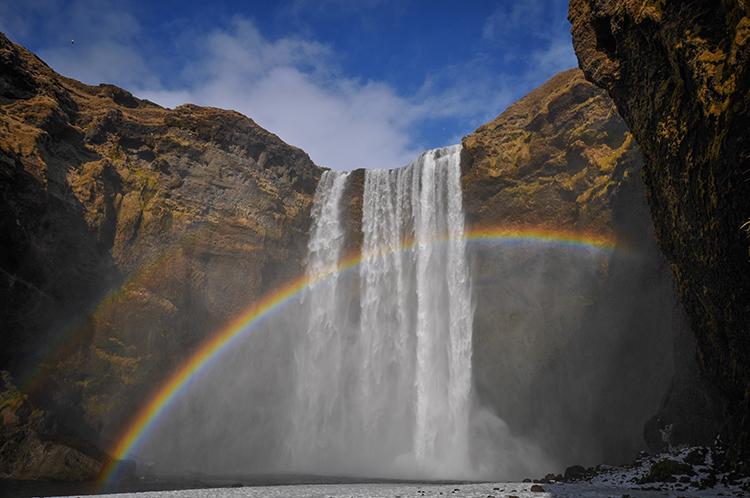 湖のような露天温泉 裏から見られる滝 アイスランド(前編)