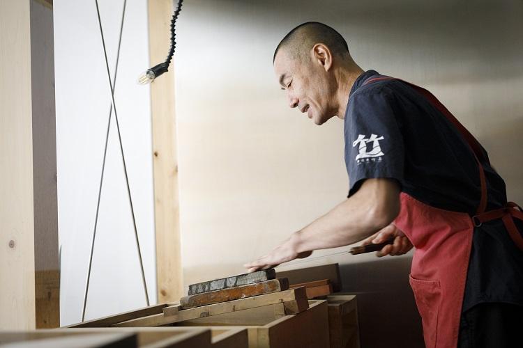オーナーの廣瀬康二さん。包丁を預かってのメンテナンスのほか、研ぎ方講習も行う