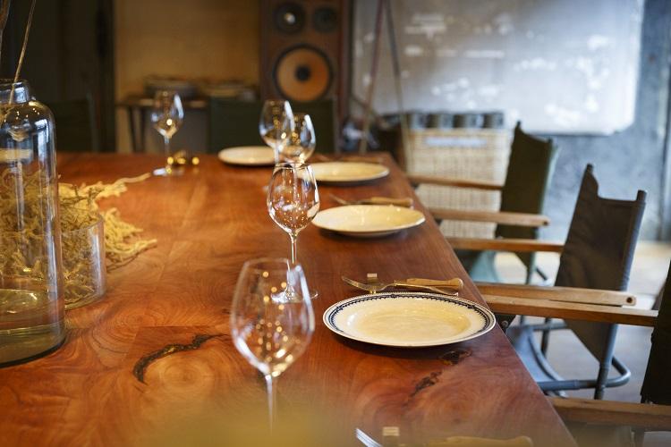中世の絵画のような大きなテーブルが印象的。予約制でのイートインだけでなく、店先でデリ(総菜)や焼き菓子などのテイクアウト販売も行う