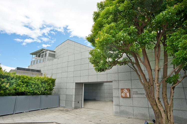 熱海駅からすぐそば。別荘地の中にたたずんでいます。©ATAMI 海峯楼