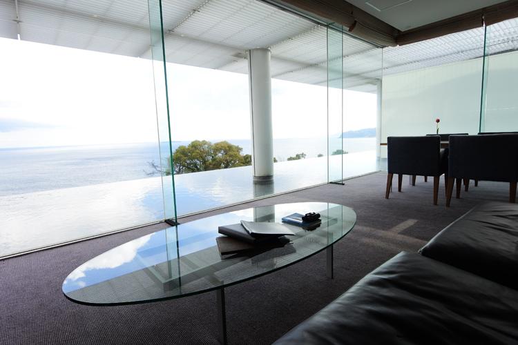 誠波のリビングルーム。海に向かってソファが置かれています