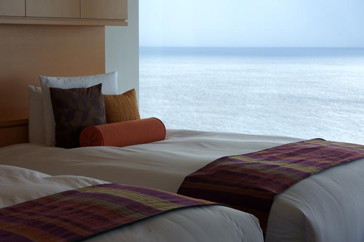 ベッドルームも海側はフルハイトの窓
