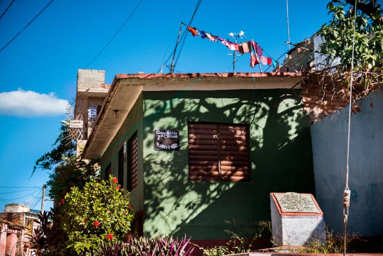 トリニダのカラフルな家で揺れる洗濯物