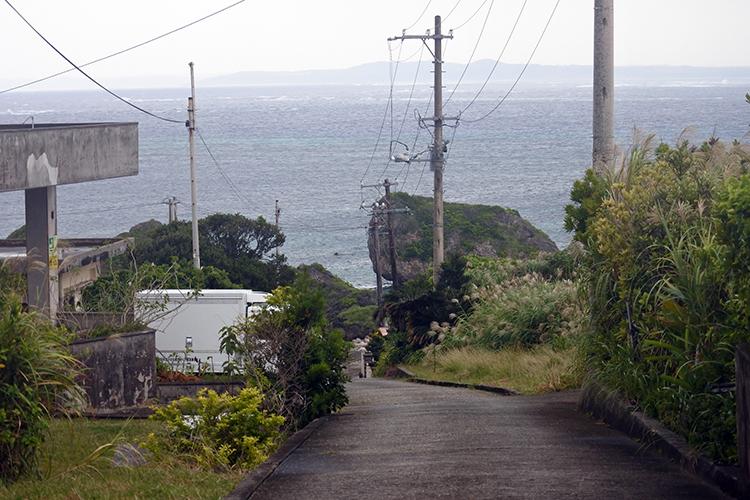 島の中央に位置する集落の坂道