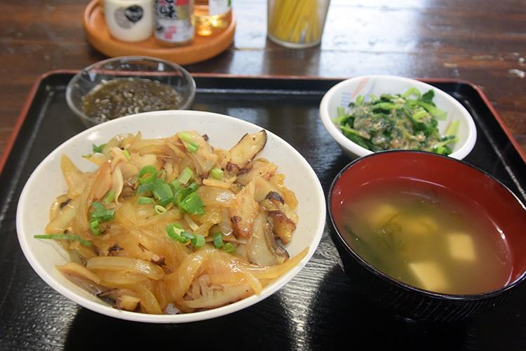 「おぷゆう食堂」の燻製(くんせい)にしたタコをのせた名物「カーキたこ丼」(1000円)