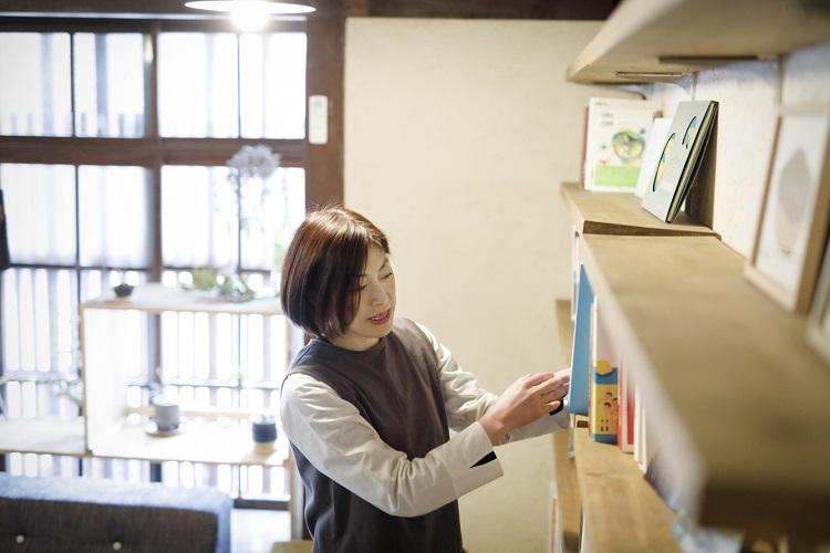 高知県出身。2010年より、かねて縁のあった京都に暮らし始める。雑誌や書籍の挿画などで活躍するほか、個展も開催