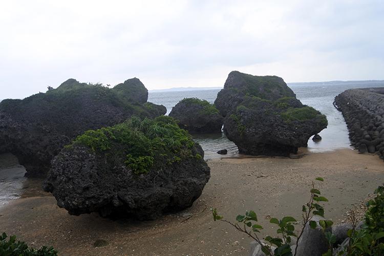隆起した際にこぼれ落ちた巨岩との説がある「ノッチ」