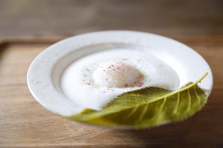 「みのり菓子」春のメニューより「さくらさくら」。きなこ風味のミルクスープに道明寺の桜餅、花びらのかけらが散る(1000円・税込み)
