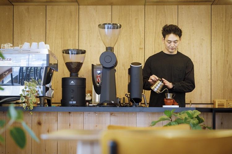 オーナーの伊藤篤臣さん。2008年に渡った台湾で阿里山コーヒーの魅力を知り、さらなるおいしさを追求して徹底した品質管理に取り組んだ