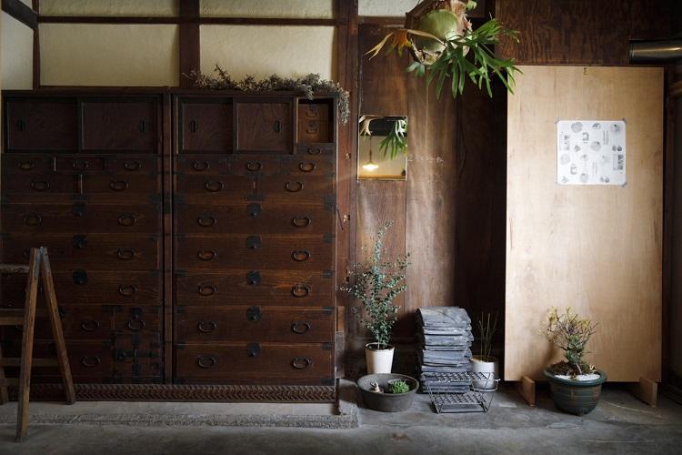 玄関を開けてすぐの土間に置かれた和だんすは、以前のゲストハウスから譲り受けたもの。あつらえたようにこの場所にぴたりと納まった