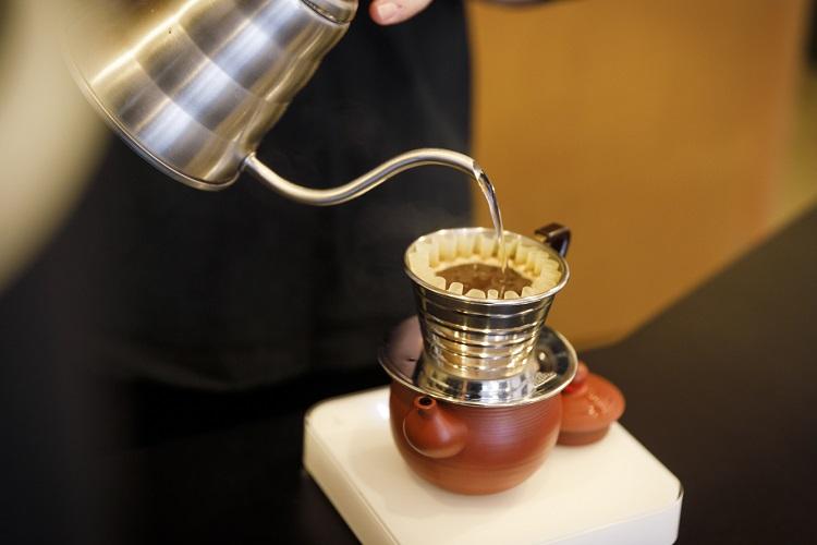 1人分ずつ茶器にドリップされる阿里山コーヒー。すっきりとした後味でフルーティーな酸味が心地よい