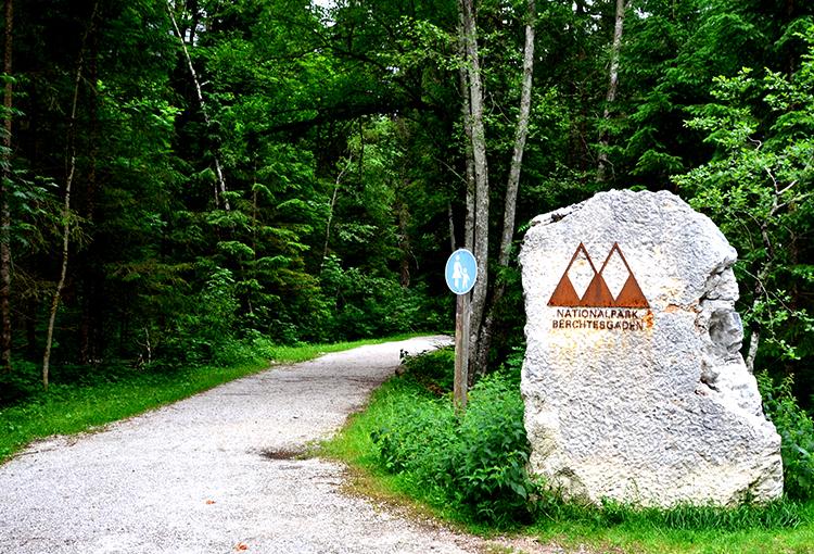 「国立公園 ベルヒテスガーデン」と書かれた石の標識