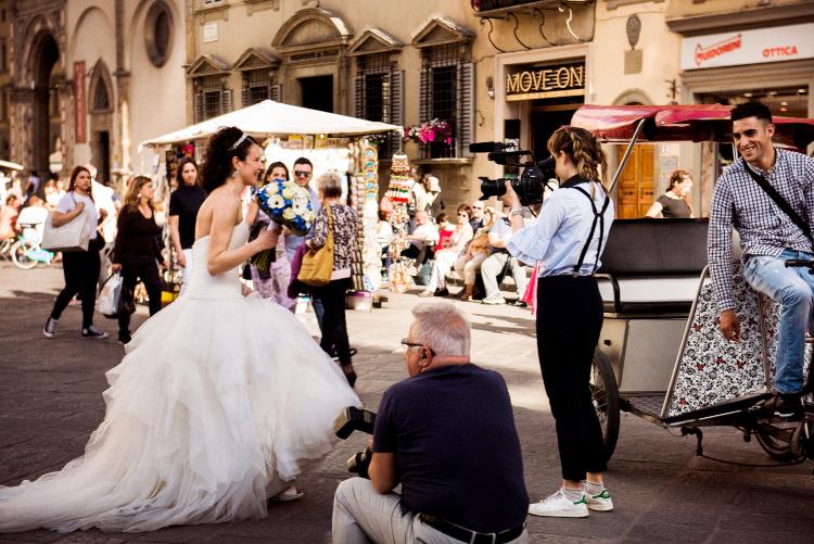 フィレンツェの広場で見かけた純白ドレスの「お姫様」
