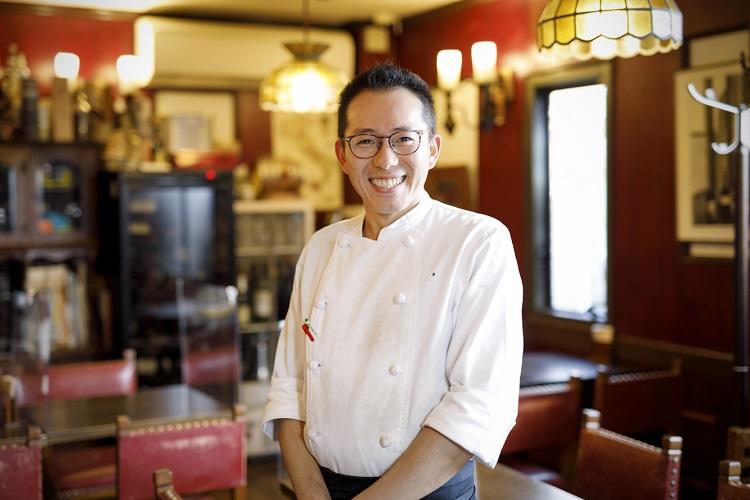 シェフの浅井幸雄さん。この街で生まれ育ち、常連客やスタッフにも昔なじみが多い