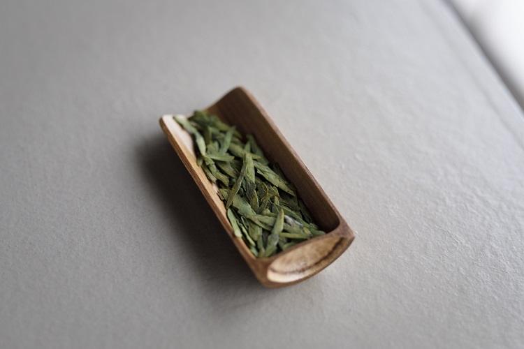 中国緑茶「龍井茶」は平たい茶葉が特徴。日本茶と比べると渋みがまろやかで、フレッシュで緑薫る飲み口