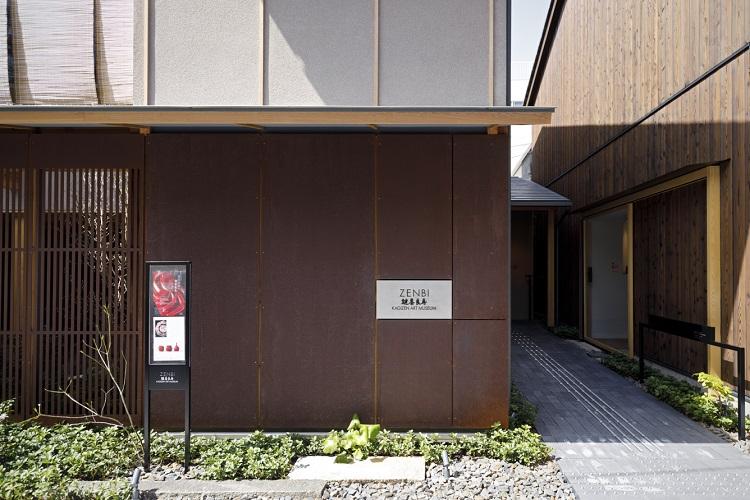 通路を挟んで左が「ZENBI」、右が「Z plus」。開館記念特別展「黒田辰秋と鍵善良房 結ばれた美への約束」は6月27日(日)まで