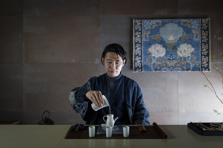 凜(りん)としたしつらえに目を奪われる茶室。壁やテーブルは和紙作家・ハタノワタル氏が手がけた。飾られている織物は「赤穂緞通(あこうだんつう)」という日本の工芸品