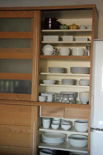 器は白で、買い換えのきくもの、柄や余分なデザインのないものに限定