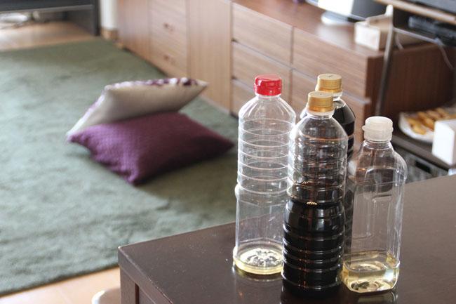 家中のどのボトルも、ラベルがはがされている。もう癖になっていると言う