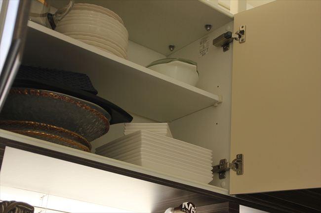 キッチン側吊り戸棚は、パーティー用取り皿や大皿入れに。取り皿は10枚単位で買う